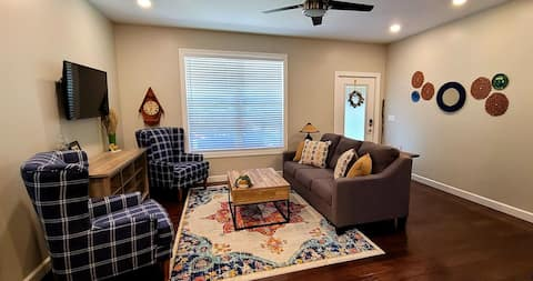 Charming 2-bedroom cottage just a block off of the historic town square!