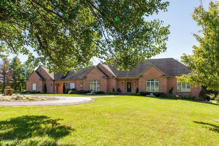 Bourbon Country Estate ⚜ 6 acres, easy city access