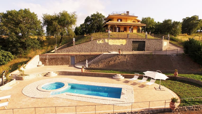 Panoramic villa with large garden and jacuzzi pool - Montefiascone - House