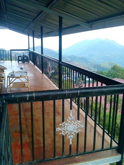 Balkoni untuk berehat Dan menikmati pemandangan Kawasan perkebunan dan gunung kinabalu..