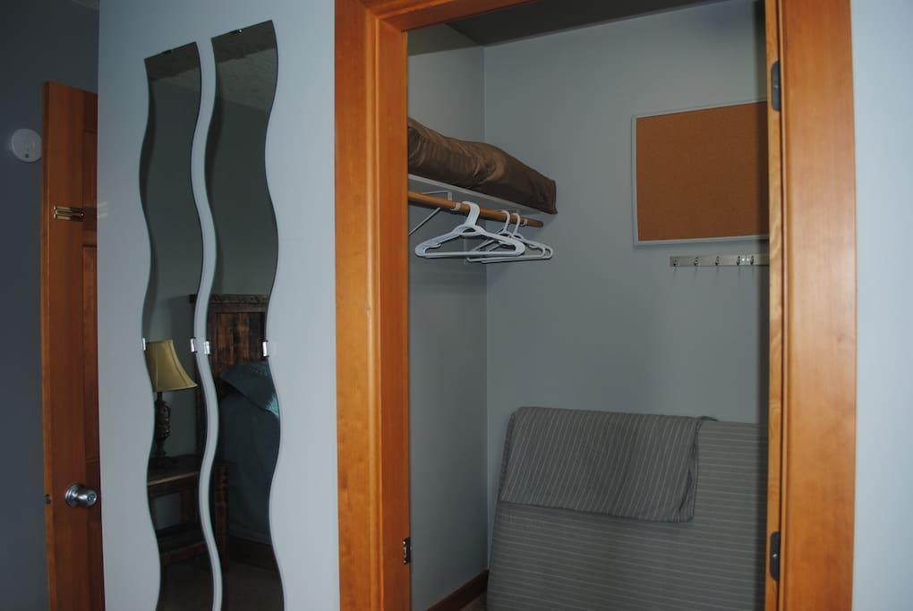 King Room Closet with Single Extra Materess