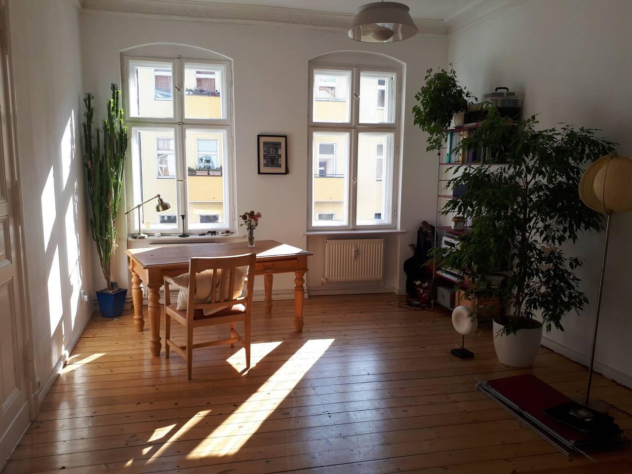 Wohnzimmer mit großzügigem Arbeitstisch
