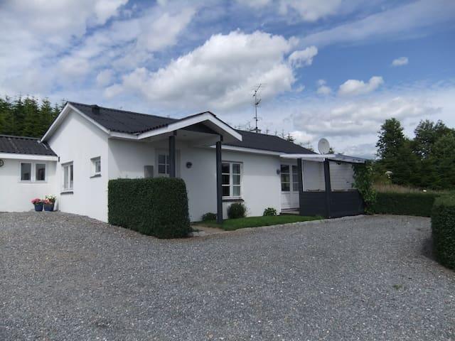 Hus i naturskøn område ved fjorden - Daugård - House