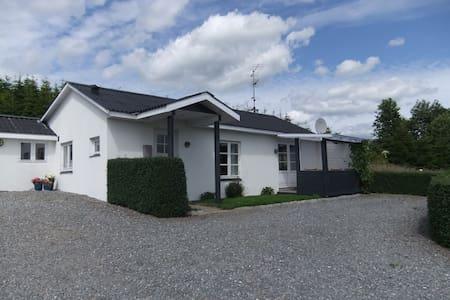 Hus i naturskøn område ved fjorden - Daugård