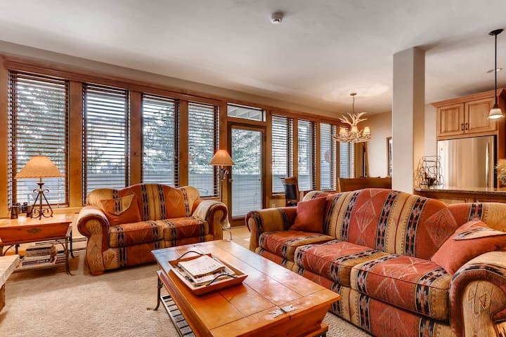 Luxury Condo with Mtn Views, Pool, Hot Tubs, walk to Gondola | Sun Vail 22B