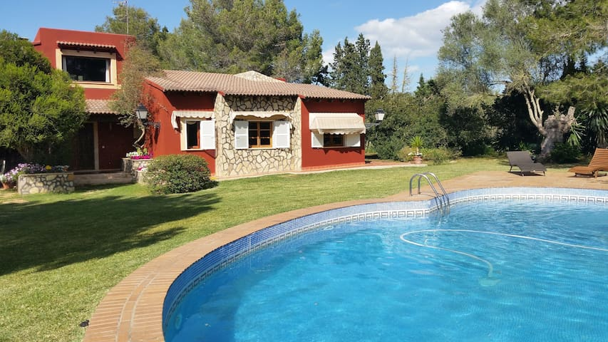 Charming Finca with Pool, Garden, Air Conditioning and Wi-Fi, Pets Allowed