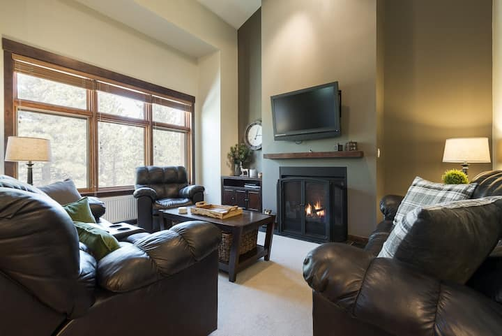 Large Modern Townhome with Shared Hot Tub, easy walk to Eagle Lodge