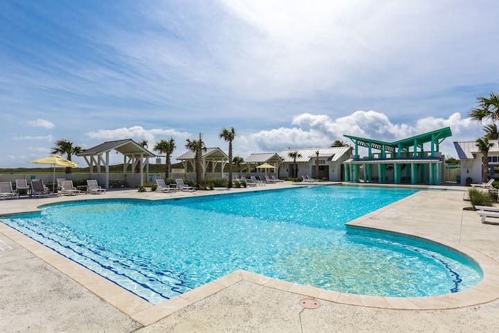 The sparkling community pool is ideal for family-fun and has plenty of loungers to soak up the sun.