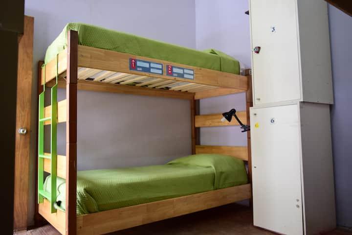 Habitación compartida de 6 camas con baño privado