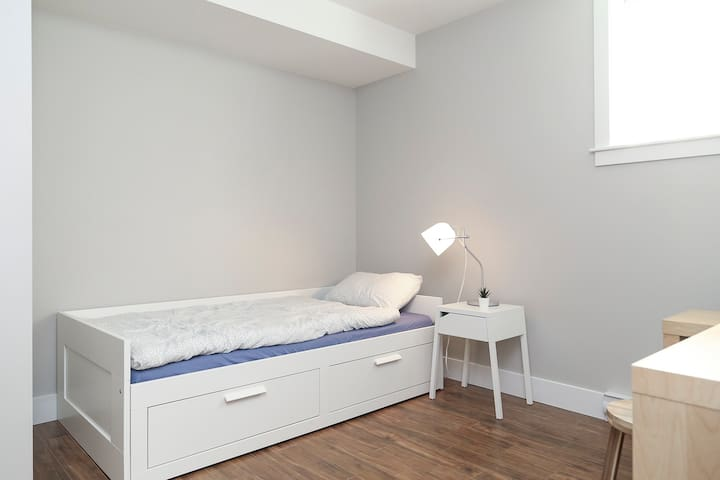 Third bedroom with daybed