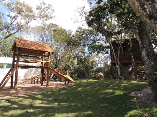 Parquinho e casa na árvore