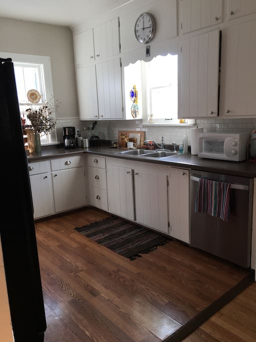 Full kitchen with nice gas range and dishwasher.