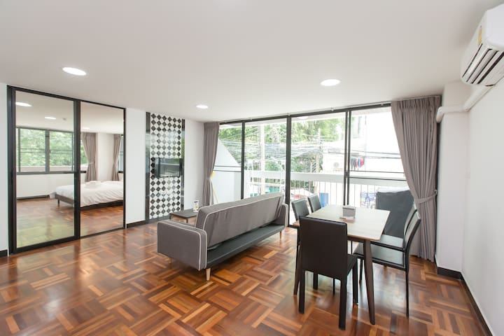 Luxurious 1BR for 2PAX: 1-Min from BTS Nana
