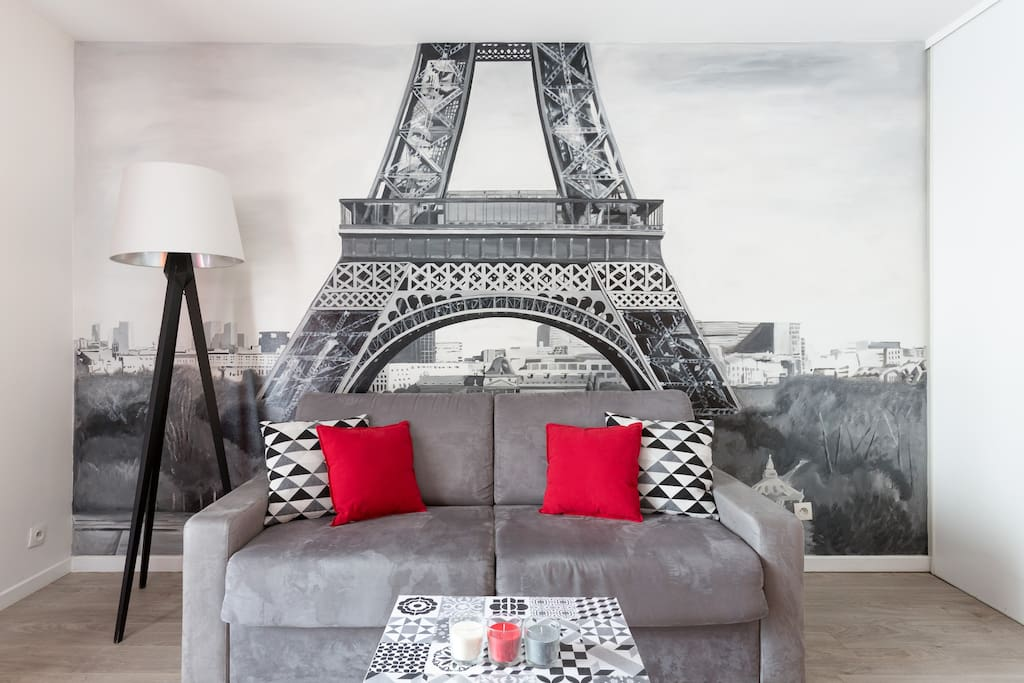 Enjoy this beautiful wall painting of Paris' most famous symbol by a french artist