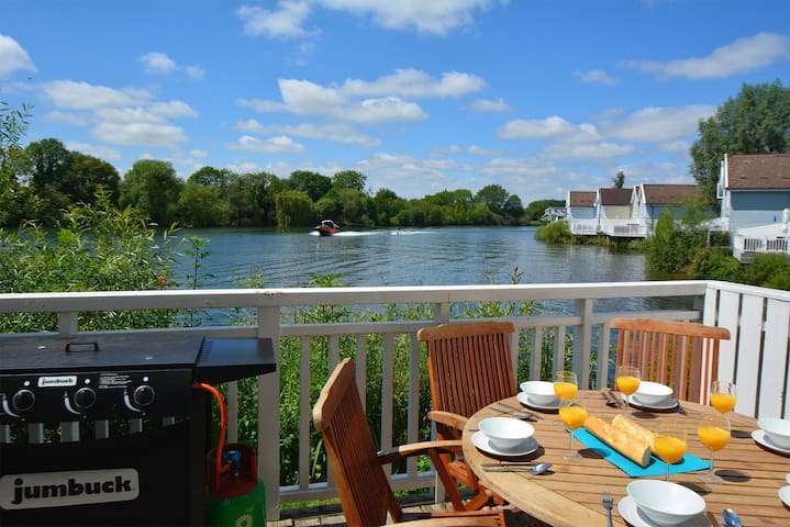 New England style lakeside living in the Cotswold Water Park. Pet friendly.