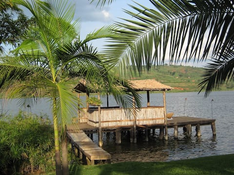 Beautiful Lakeside cottage with large yard