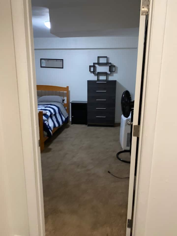 Basic, private room steps to MBTA, BU, BC, MIT