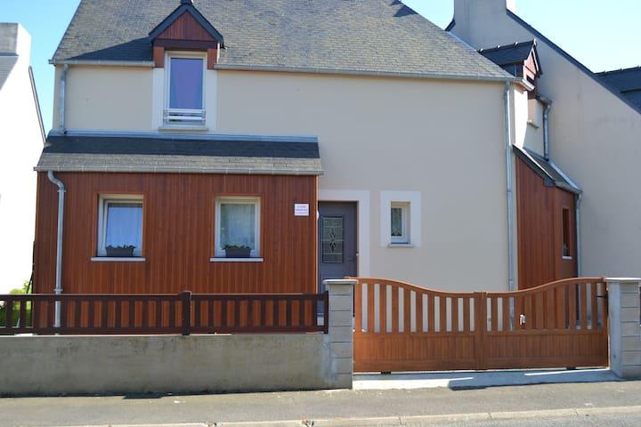 Maison familiale proche de la mer . - Saint-Jouan-des-Guérets - House