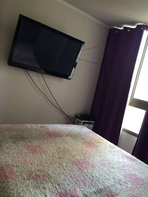 Habitación con cama Matrimonial y televisor