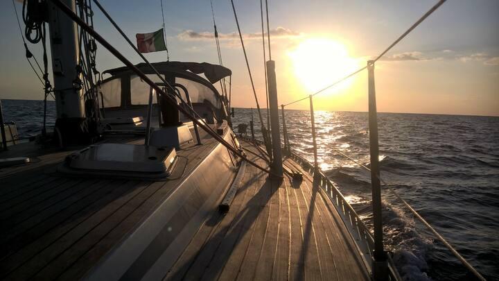 Ai piedi dell' Etna in barca a vela