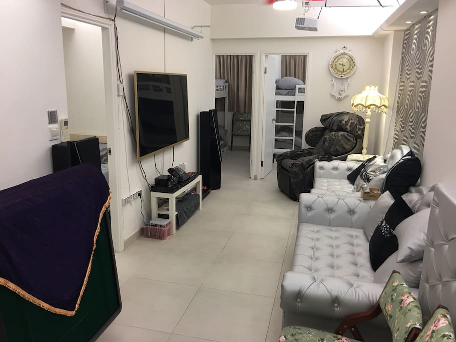 Spacious Living and Dinning Room and High Quality AV Cinema with Open Kitchen. 特大客厅提供最顶级影院设备及餐饭空间,与开放式厨房相连