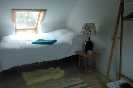 Bright & spacious dbl attic ensuite, Thames Ditton - Thames Ditton - Lägenhet