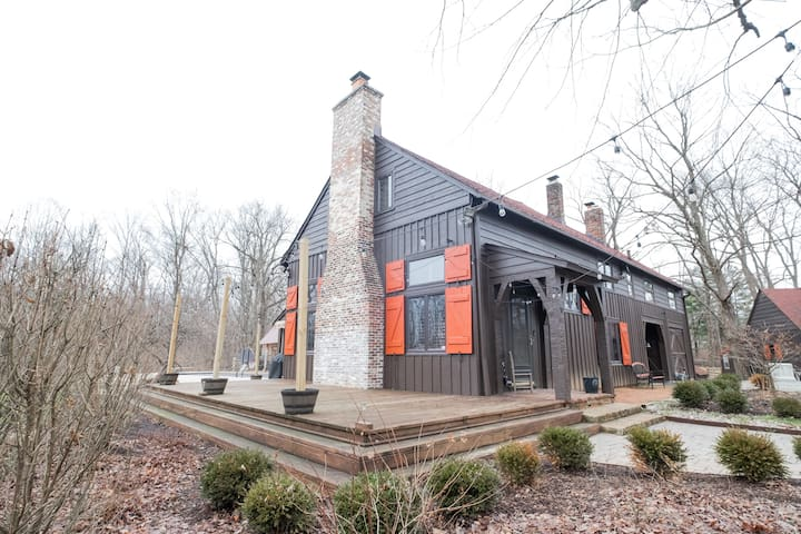 Conarroe Cabin Indy: Modern Rustic 4bd Villa