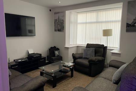 ~Superhost 5* Rated~spacious modern home BLACKPOOL