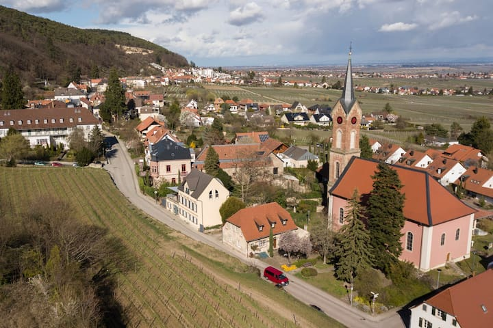 Der Ortsteil Haardt mit dem alten barocken Schulhaus von 1728 in der Bildmitte