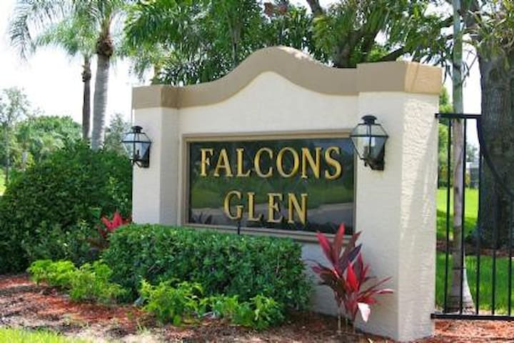 Gorgeous 3 bedroom condominium in golfing community 7073 - Lely Resort