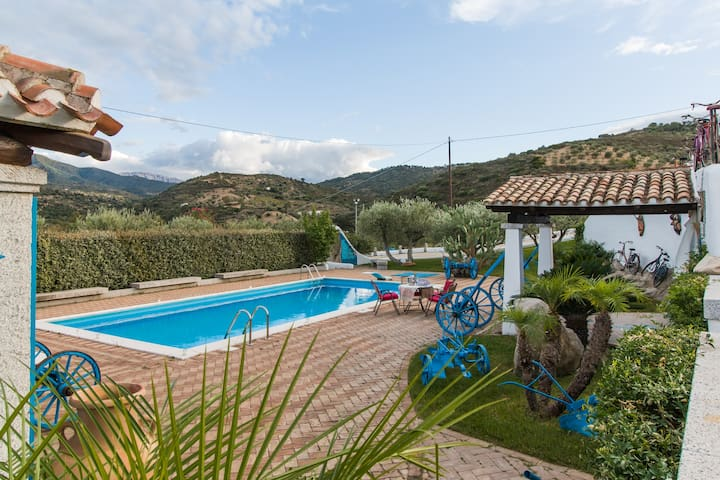 Villa Rosa max privacy pool, jacuzzi and wifi. - Oliena