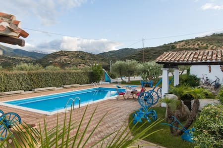 Villa Rosa max privacy pool, jacuzzi and wifi. - Oliena - Villa