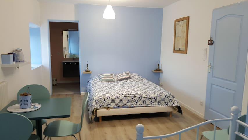 Chambres calmes  et lumineuses pour 4 personnes - Les Essarts - Dům