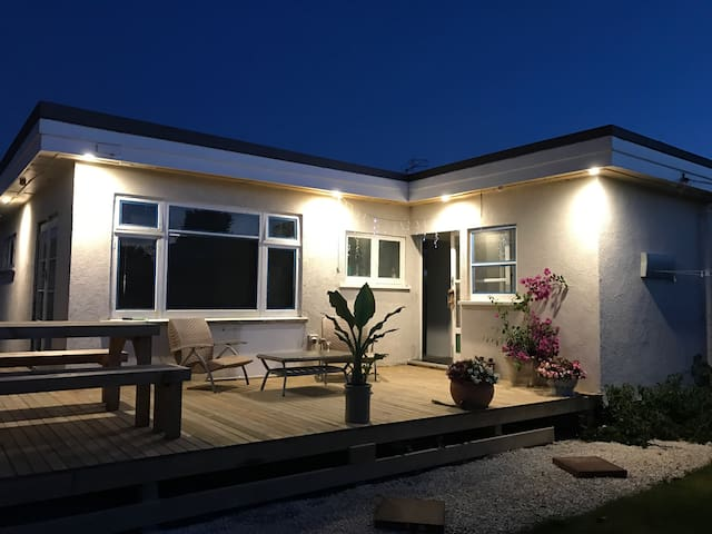 Christchurch Funky 30's Bungalow, 2 Bed/ 2 Bath