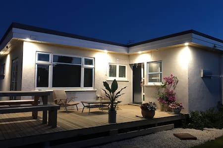 Christchurch Funky 30's Bungalow, 2 Bed/ 2 Bath - Christchurch