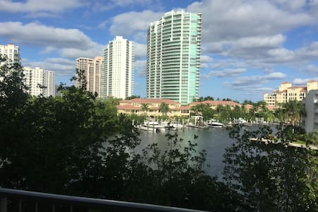 Beautiful Condo with view in  Yacht Club Aventura - Aventura - Apartment