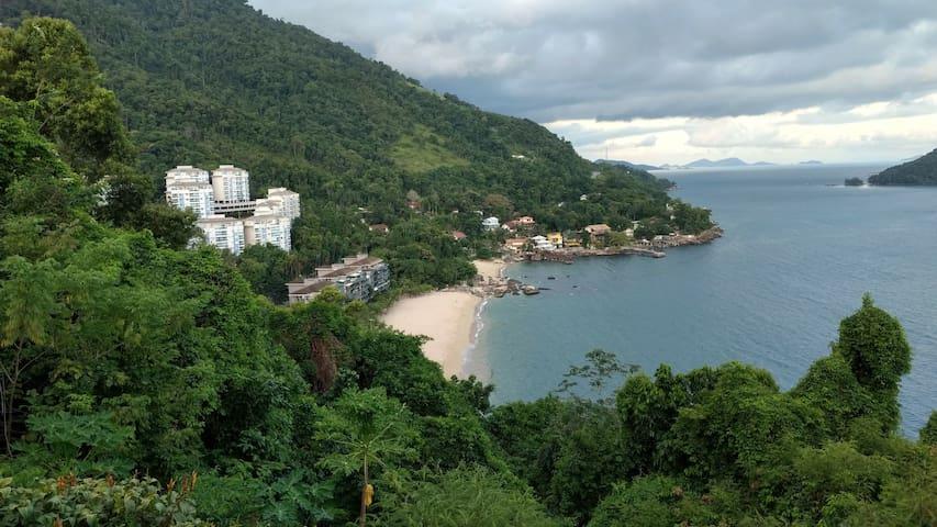 Vista lateral de parte do resort e praia