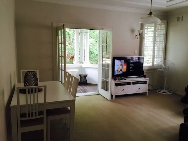 Spacious Dbl Room - GREAT LOCATION