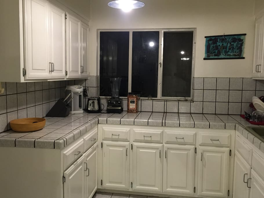 Fully stocked kitchen (w/supplies for cooking/eating).  You will have full use of the kitchen.  Tea provided.  Light snacks provided upon arrival.