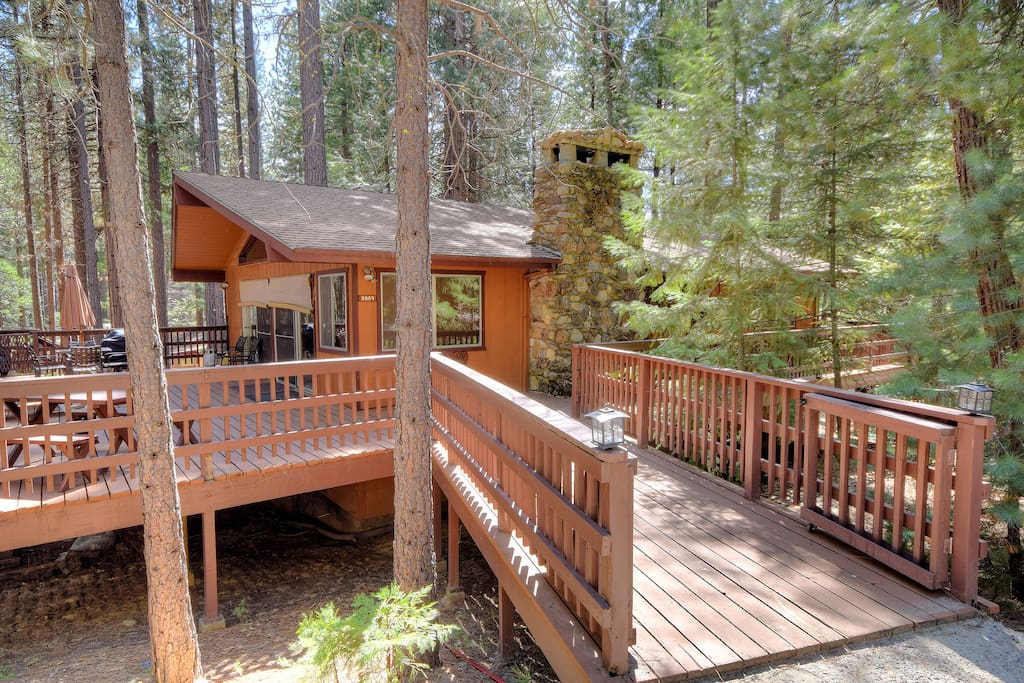 Yosemite 39 s papa bear cabin wifi houses for rent in for Airbnb cabins california