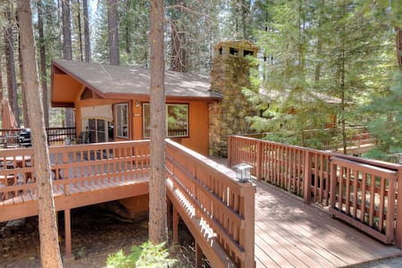 Yosemite's Papa Bear Cabin, wifi! - Wawona - Ház