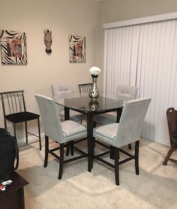 Cozy 1 bedroom adjacent to shopping - Houston