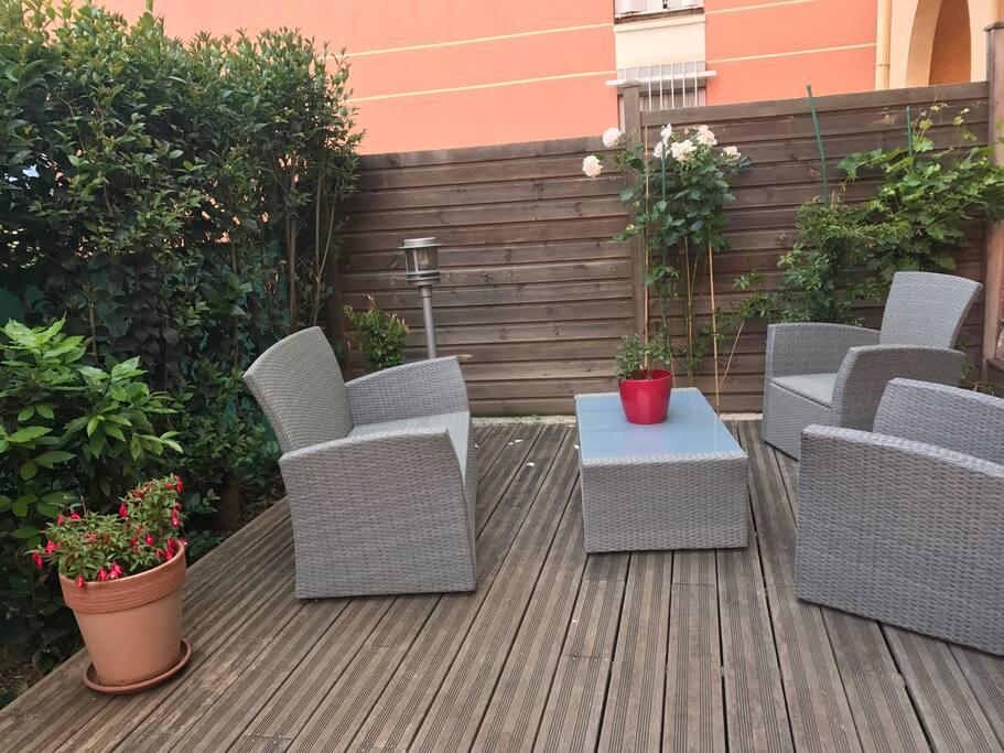 Une agréable terrasse avec salon de jardin. Des jeux pour enfants (1-2ans) sont à disposition, comme un mini toboggan transformable en petit panier de basket, et une dînette.