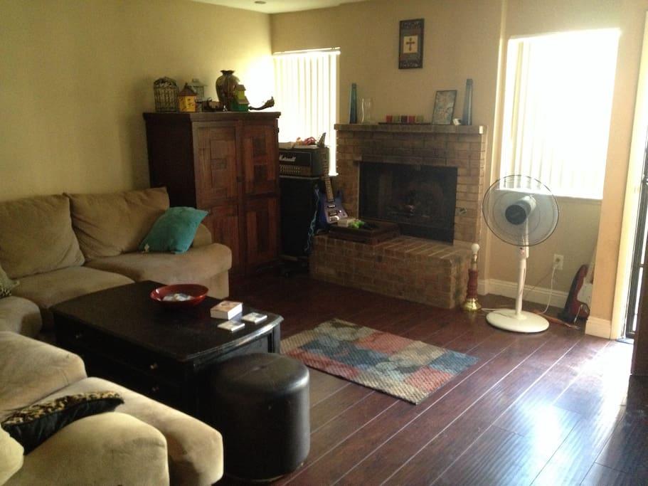 Wood floors, fireplace, large TV. Comfy
