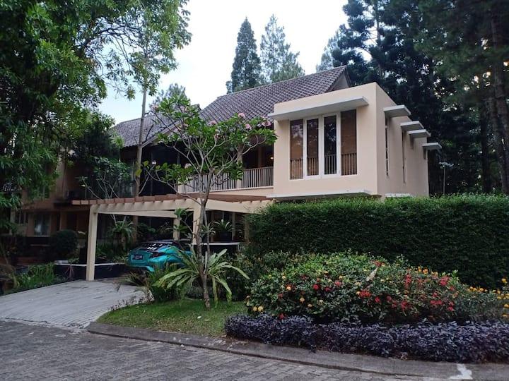 Disewakan Villa Nyaman di  Golf View Rancamaya I