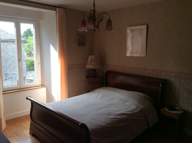 Une chambre en Xaintrie,A room with a view. - Saint-Privat - Casa