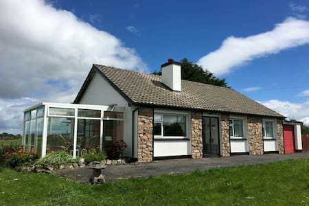 3 bed house with sunroom, secure garage & garden - Clonbur