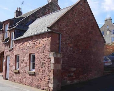 Traditional 2 bedroom cottage, sea view & parking