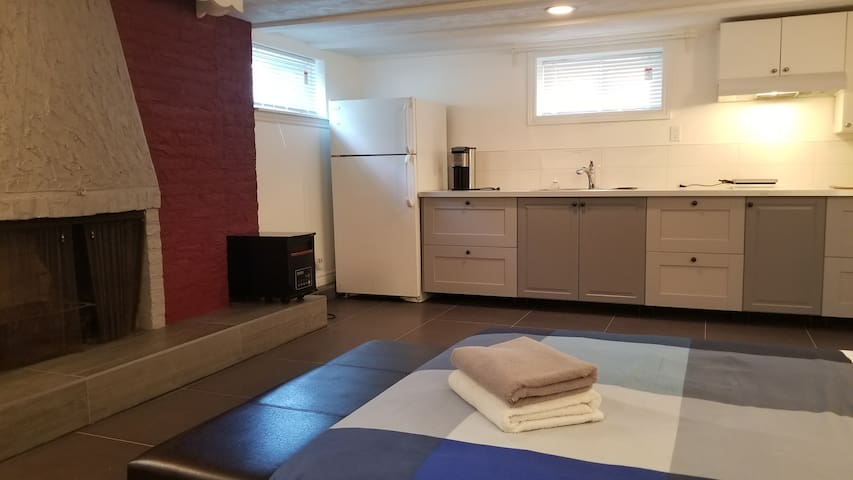 Cool Studio within 5min. walks to Sheppard Subway