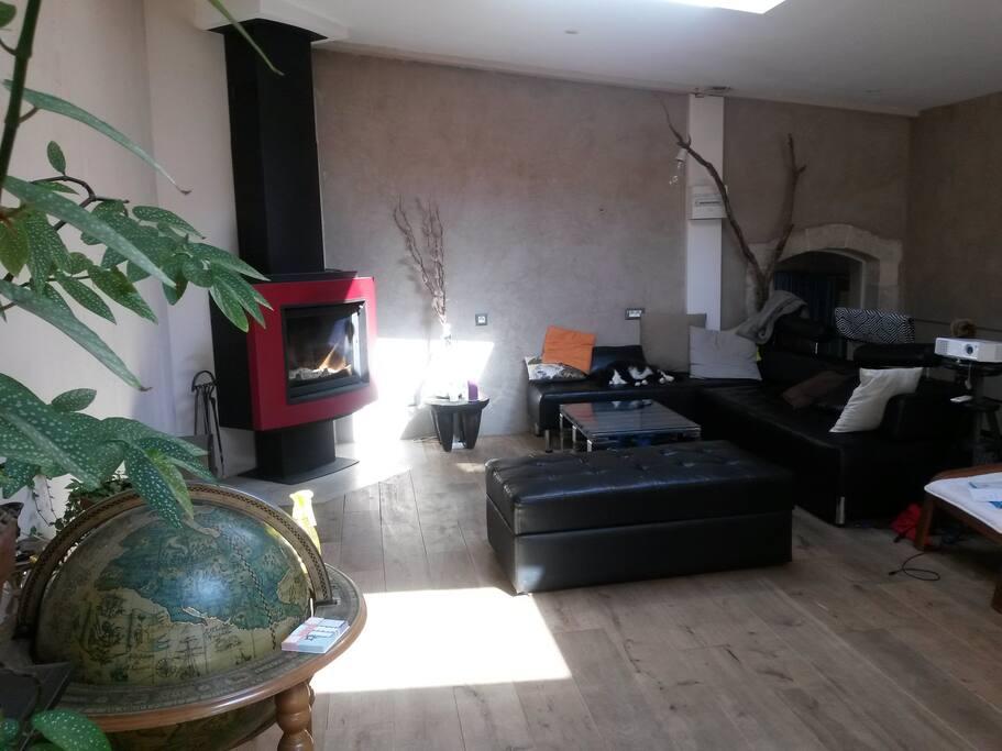 Le salon, grand, lumineux, et frais en été, il est parfait pour bouquiner, faire une soirée jeu ou film.